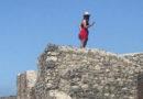 Il cacciatore di turisti sui tetti degli scavi di Pompei