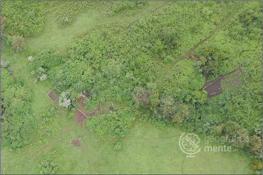 Pascolo di ovini nei pressi di un insediamento abbandonato – Fotografia di Drone Adventures